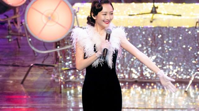 37岁王鸥活动生图被疯传,全网都在研究她的鞋:是咋穿上去的?