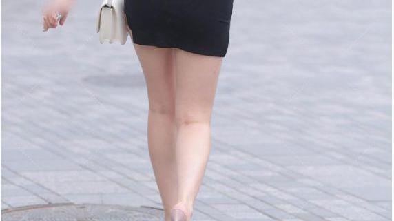 时尚的穿搭小女孩:黑色开叉裙,修饰小肚子,提亮肤色