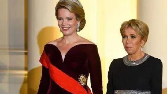 法国夫人同框比利时王后,穿搭精致盘起了头发,高扬下巴不输气场