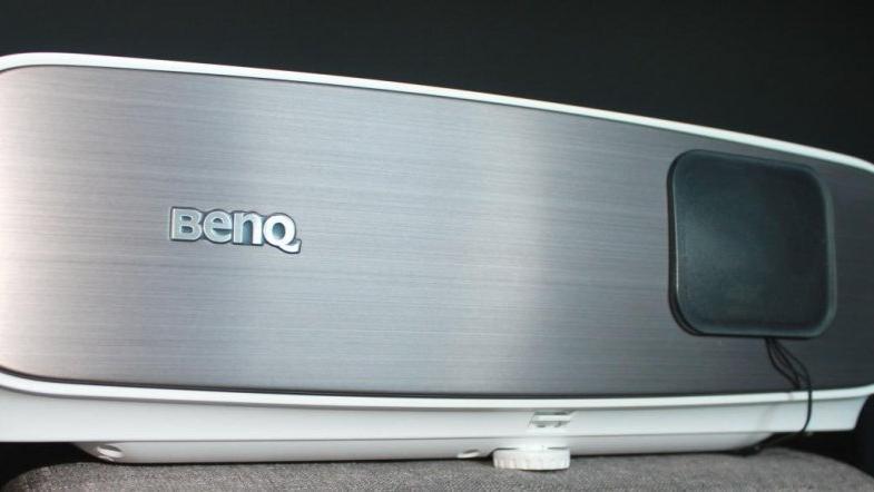 老蜗牛:入门级4K客厅影院投影机标杆,明基W2700试用评测