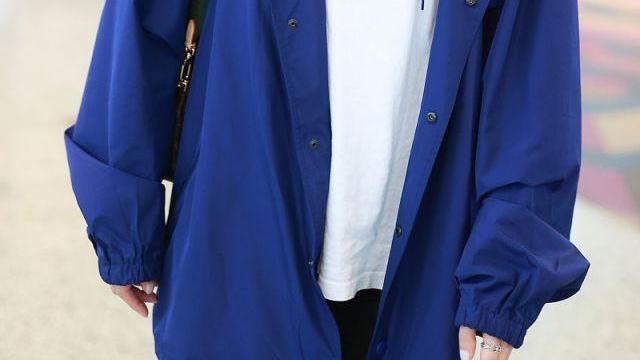 佘诗曼化身机场时尚弄潮儿戴银色链条装饰耳环项链二合一