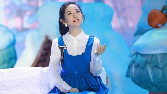谢娜即将离开快本?但她的少女感真的强,比如蓝色背带裙配白衬衫
