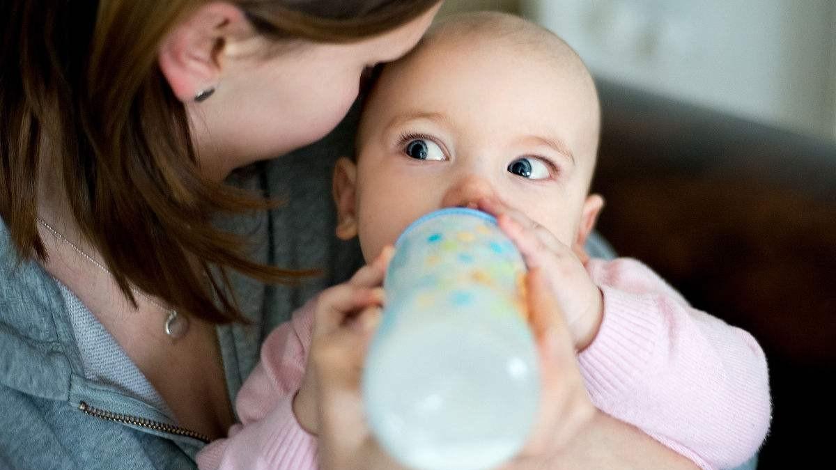 对比奶粉喂养,母乳喂养的宝宝在3方面优势明显,妈妈不要嫌麻烦