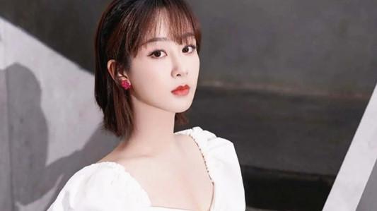 28岁杨紫又出新写真 白色仙裙空气刘海 玫红耳钉太好看了
