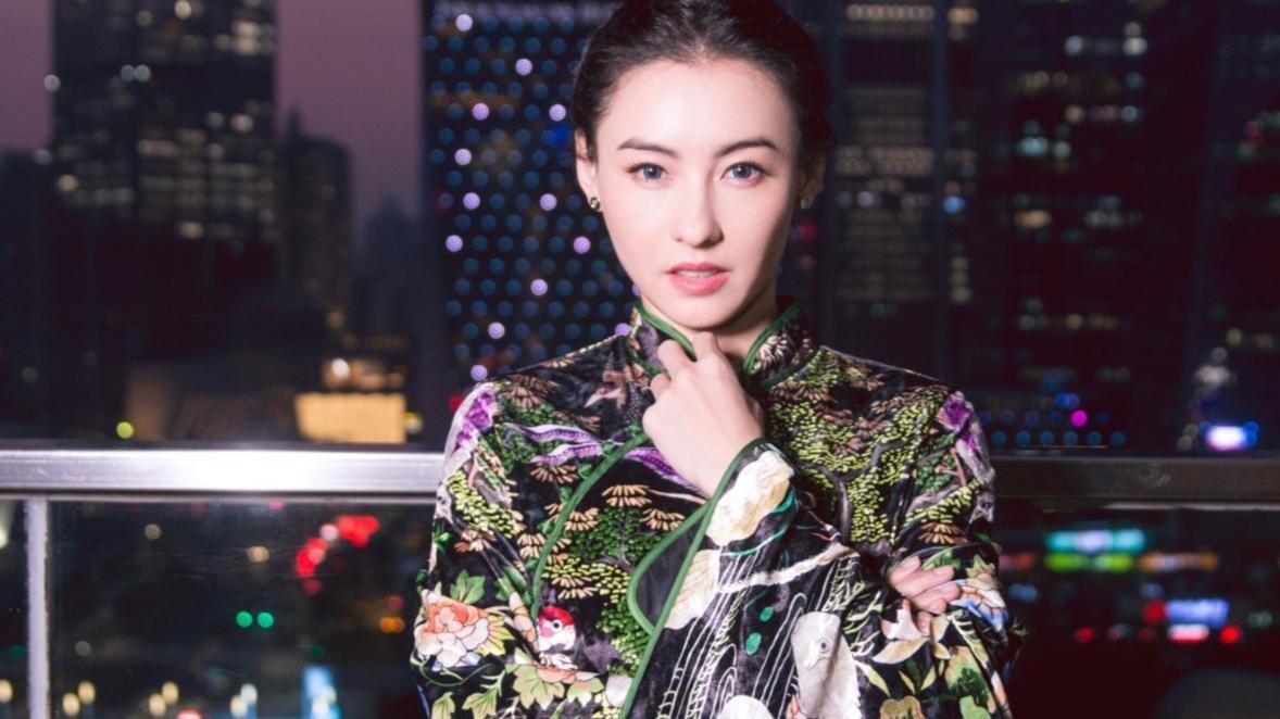 张柏芝40了,精致保养让颜值身材不输少女,穿搭时尚散发成熟韵味