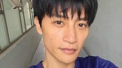 """49岁陈志朋总算穿回""""正常人""""!大胆尝试工装短裤,意外有些帅"""