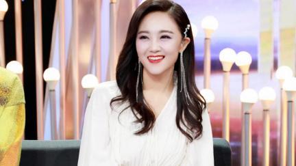 玖月奇迹王小玮比之前更美,穿白色拖尾连衣裙,高级气质藏不住