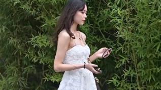 年轻女孩的必备佳品,一袭白色雪纺连衣裙,秀出你的好身材