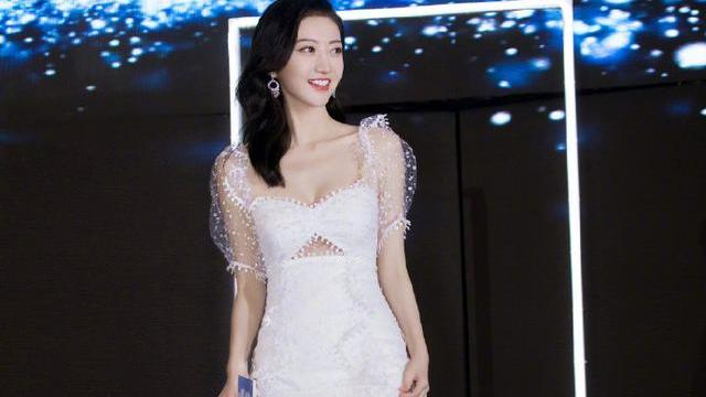 景甜衣品开挂了?一身白色雪花连衣裙清新优雅,人间富贵花本人