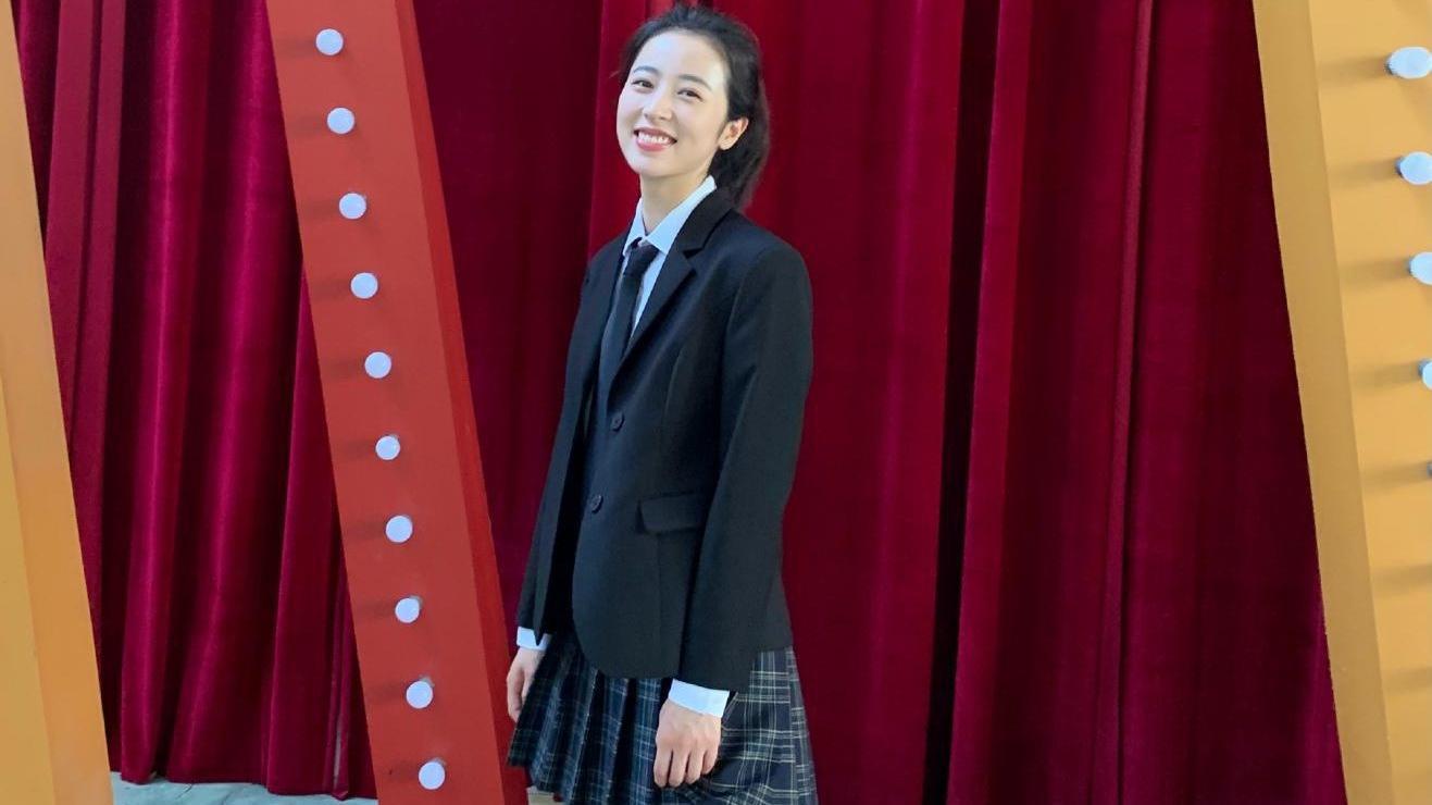 霸道总裁周雨彤走学院风路线!制服穿搭青春靓丽,宝藏女孩石锤