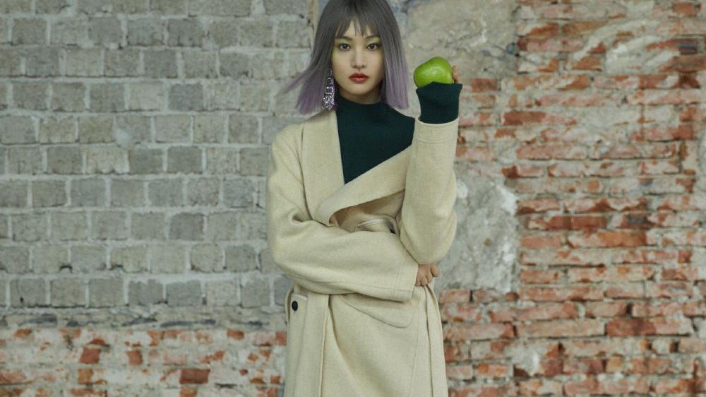 郑爽《F时尚画报》十月刊封面,紫色挑染搭配绿色眼影,风格百变