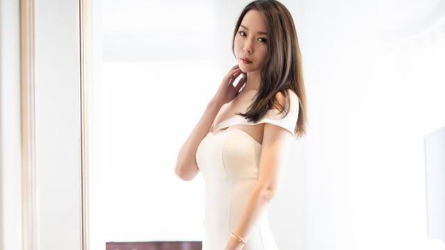 白色收腰连衣裙搭配尖头高跟鞋,娇嫩丰盈,温文尔雅