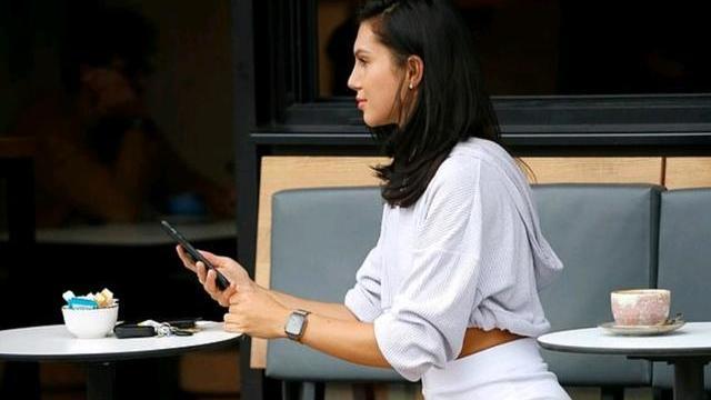 亚历山德拉·坎娜穿着白热裤和七分连帽衫,展示出健美的体格!