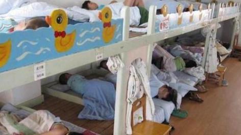 """幼儿园午休""""男女同床"""",老师拍下小男孩的举动,家长群炸锅了"""