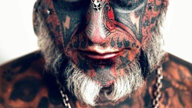 """外国纹身狂再出新纹身,准备头顶纹上""""666"""",已经完成三分之一"""
