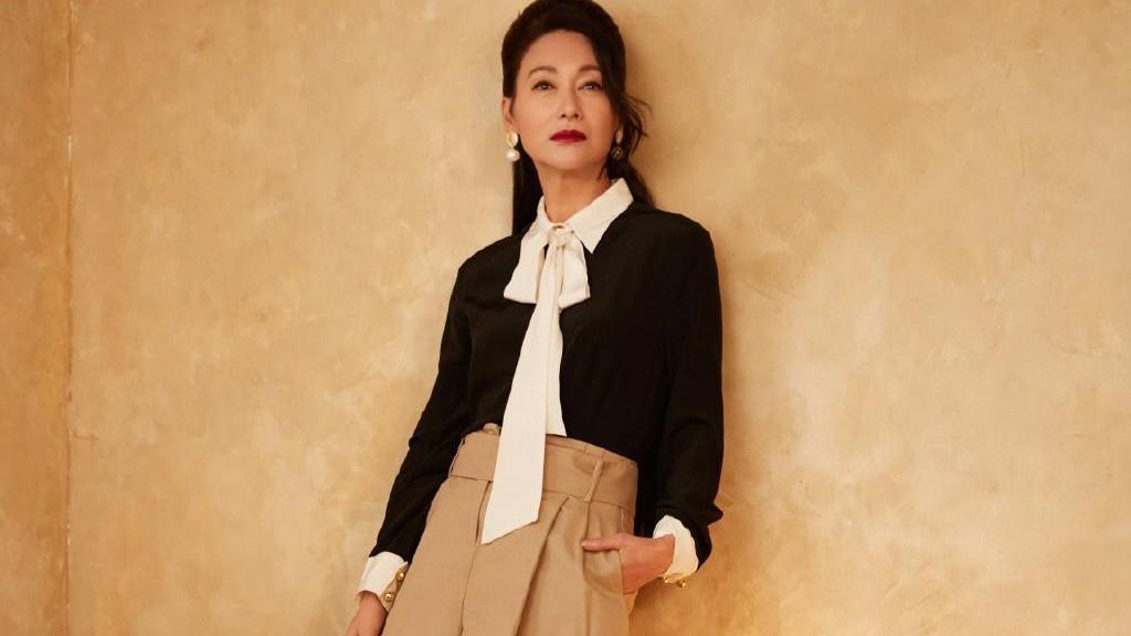 60岁的惠英红豁出去了,穿波点丝袜出镜,配衬衫短裤减龄性感