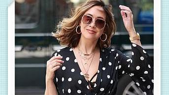 麦琳·克拉斯穿着单色圆点长连衣裙出席某活动