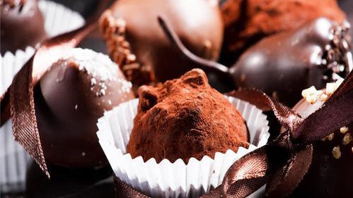 康熙首次吃洋人送来的巧克力,看完千字说明书后,嗤笑说了3个字