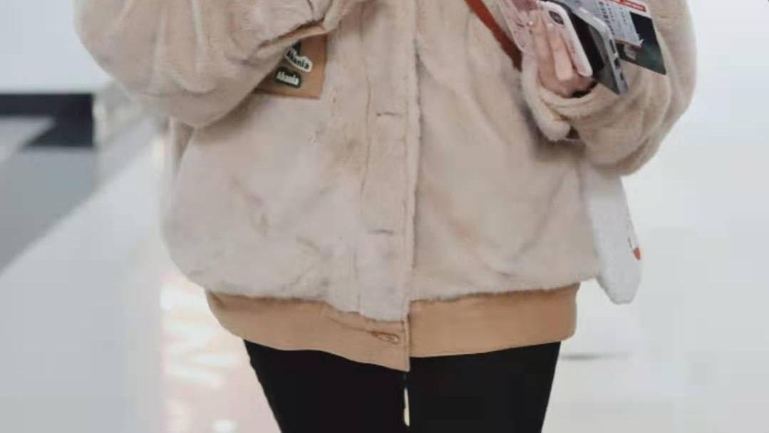 袁冰妍奶萌系穿搭来了,毛绒外套配皮鞋,可爱藏不住了