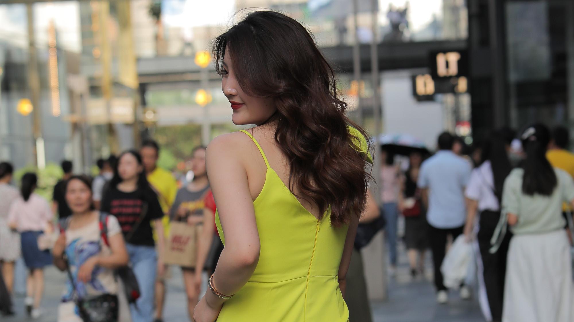 浅色连衣裙彰显高级气质,青春活力