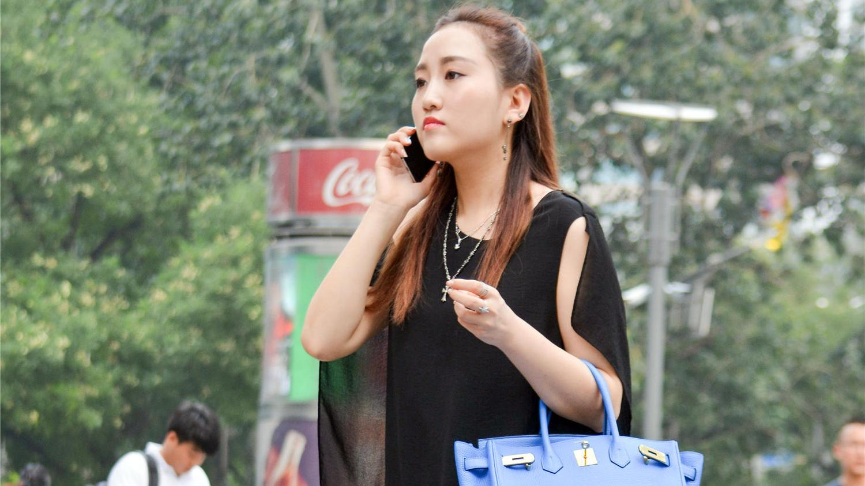 宝石蓝的拎包,搭配宝石蓝的高跟鞋,黑色连衣裙都成了陪衬