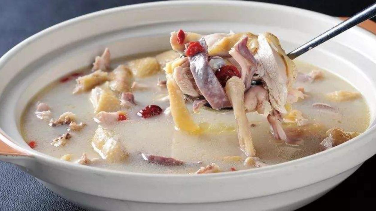 以下两种汤类美食,味鲜香,汤清鲜,尤其适合老年人食用