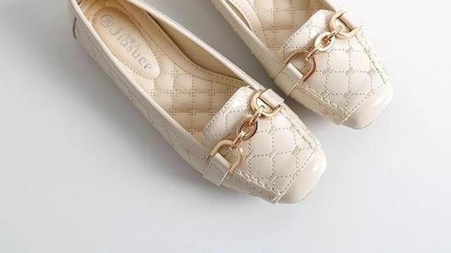 现在女生也太会打扮了,出门穿这样的一脚蹬鞋,美的让人目不转睛