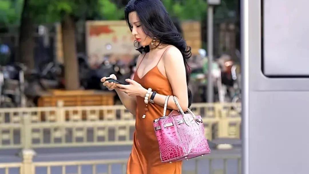 """橙黄色冰丝吊带长裙,清风助力显露完美""""凹凸""""身材"""