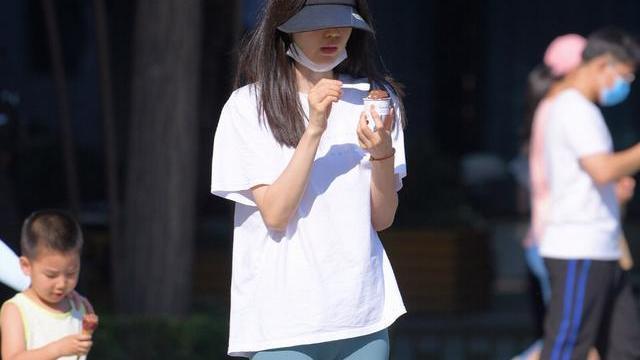 白色T恤搭配蓝色紧身打底裤,修身时尚,青春靓丽