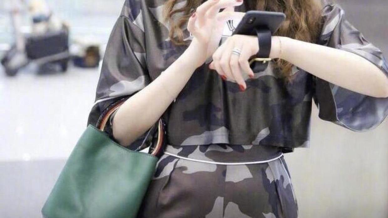 戚薇新烫了羊毛卷发型更时髦,穿迷彩套装走机场,气场值100个赞