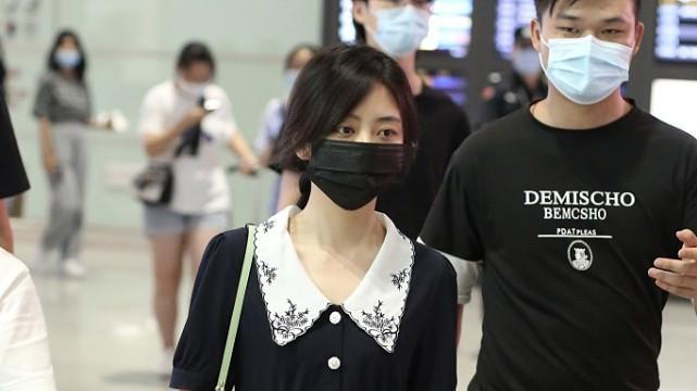 谭松韵走机场,穿一条翻领连衣裙,30岁还是少女的样子!