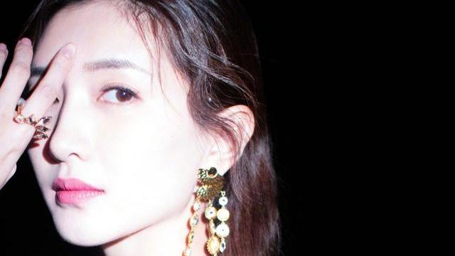 江疏影穿搭有点任性,耳环配的有特点,其实关键在款式