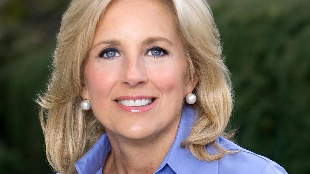美国新任第一夫人不简单,穿搭意义非凡,极具美国风格赢得话语权