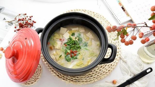 天冷了,喝奶茶取暖不如炖一锅菜来得实在,吃得饱饱的,浑身暖