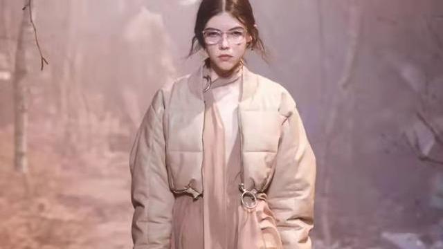 气质女人冬季忘不了羽绒服,穿搭牢记这3点,保暖洋气,特显高级