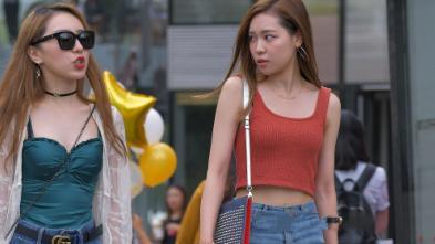 豆沙粉u型吊带搭配破洞牛仔裤,青春减龄,舒适时尚