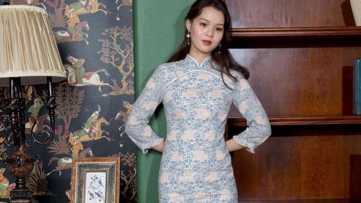 旗袍没那么复杂,今年流行这样穿,时髦简约,单穿打底两不误!