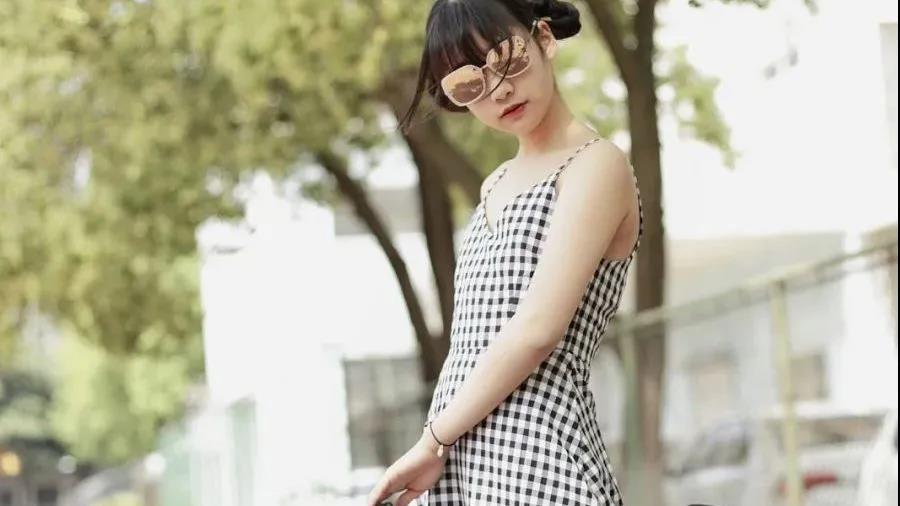 黑白网格小吊带裙,搭配清纯白丝袜,有点小众又带点性感