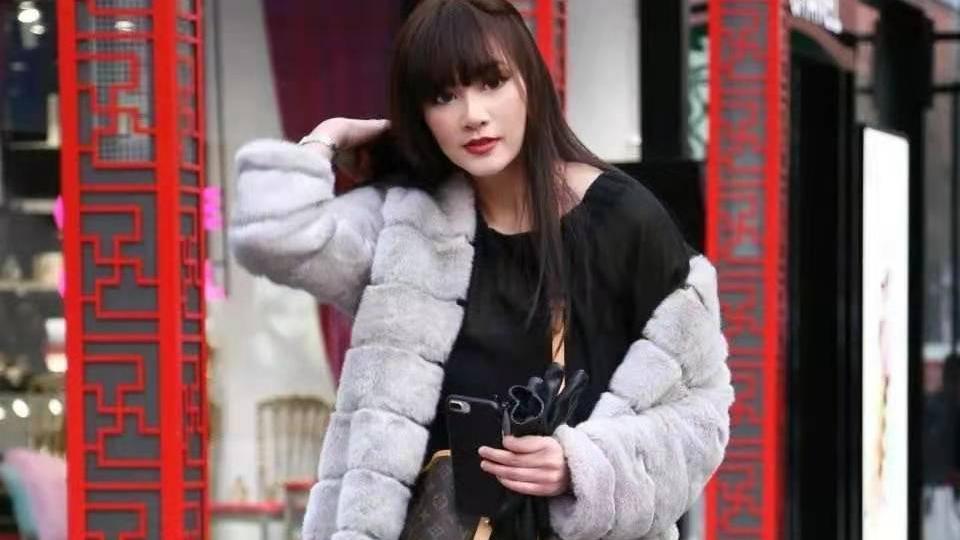 冬季穿搭:一件皮毛大衣加上短靴,让你在冬季里保暖且不失高贵气质
