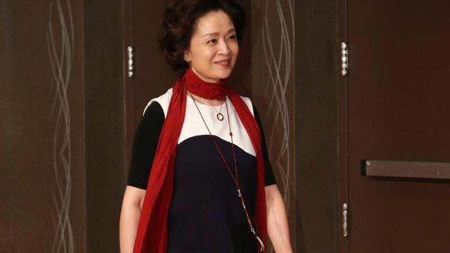 62岁老艺术家刘莉莉真敢穿,撞色连衣裙配红色围巾,满满时髦感