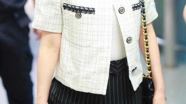 吴昕穿搭品味自信,短袖上衣搭配条纹长裤,但随意发型显得不自在