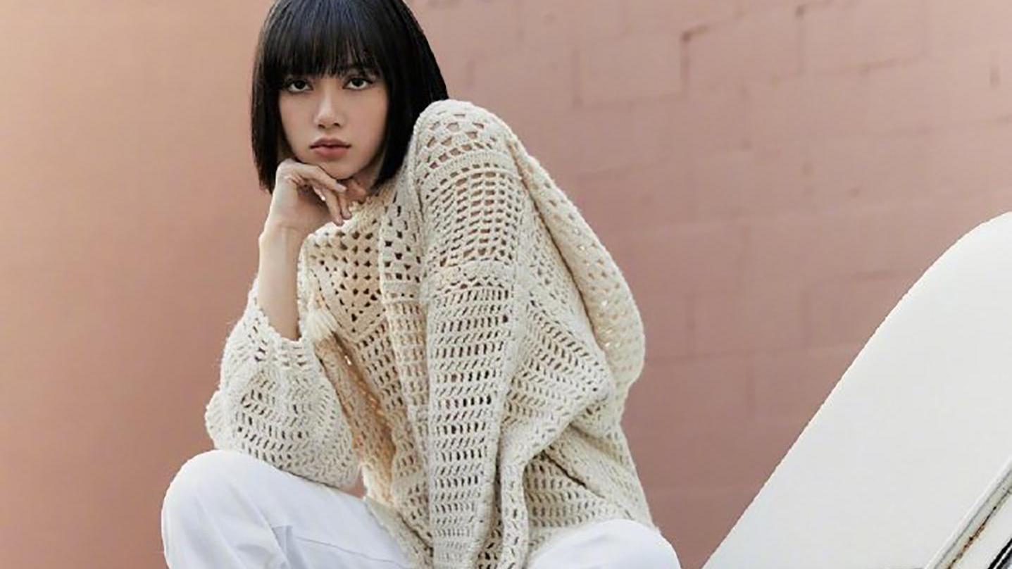 Lisa穿衣风格惹人爱,穿白色衬衫搭牛仔裤,配上皮鞋俏皮洋气