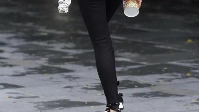 打底裤的穿搭优雅出众特别吸引目光,突出精致优雅气质