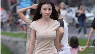 米黄色连衣裙搭配修身圆领设计,优雅高贵,尽显温柔气质
