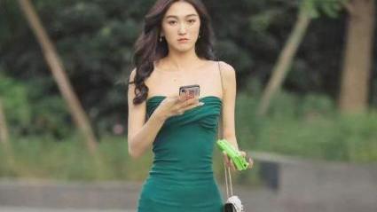 墨绿色抹胸连衣裙搭配黑色单肩包,修身大气,时尚高贵