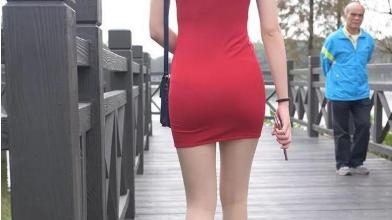红色连衣裙搭配透明高跟鞋,颜色艳丽,回头率高