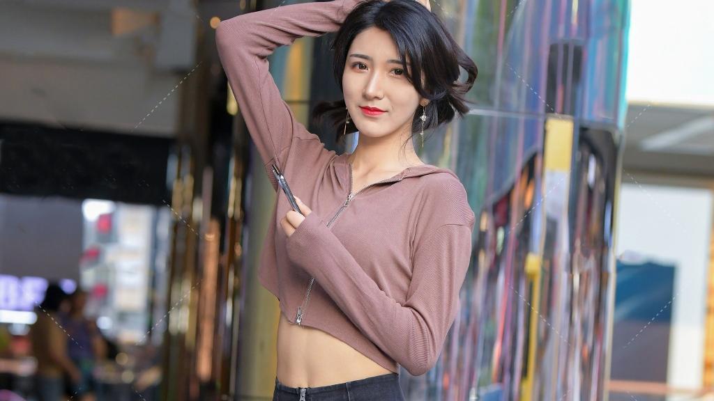 穿牛仔裤搭配运动风夹克,休闲减龄,让你轻松秀出个性靓丽的造型