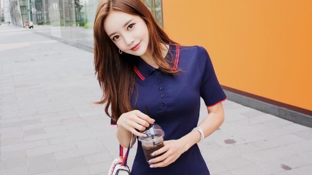 蓝色短款连衣裙搭配黑色绑带凉鞋,青春又可爱!