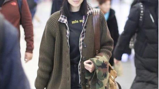董洁素颜真年轻,针织开衫叠穿衬衫好洋气,戴针织帽看不出40岁