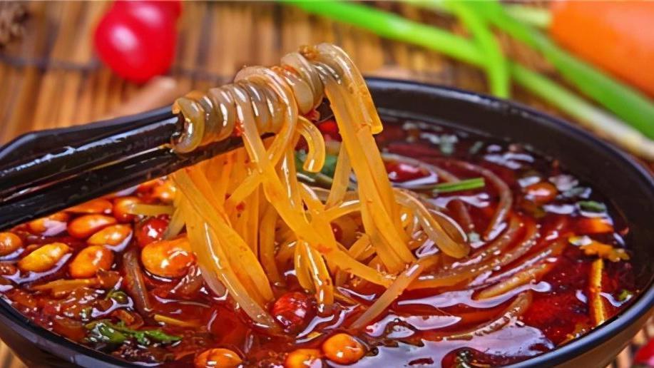 天气冷,吃一碗酸辣粉吧!酸辣开胃又解馋,秘制番茄味更过瘾